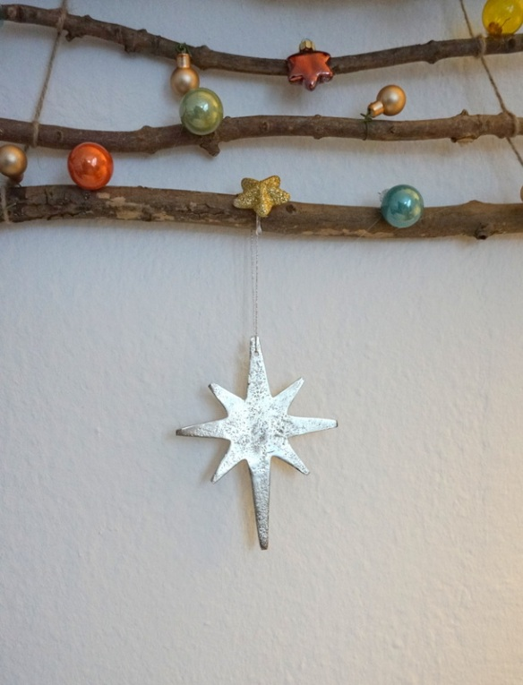 Weihnachtsbaum für die Wand basteln aus Ästen Anleitung kostenlos