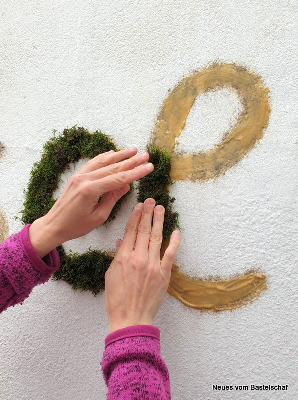 Moos Graffiti auf Wand anbringen Bastelschaf