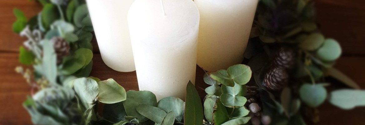 Adventskranz mit Eukalyptus und Distel